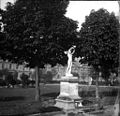 Statue au Jardin des Tuileries, Paris, mai 1902 001.jpg