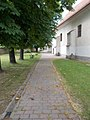 Szent György templom, kertje, 2017 Pomáz.jpg
