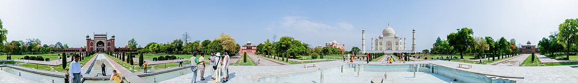 A panoramic view looking 360 degreas around the Taj Mahal