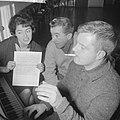 Teddy en Henk Scholten gaan naar Duitse TV Teddy en Henk Scholten en hun pianis, Bestanddeelnr 913-2782.jpg