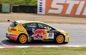 Tiago Monteiro - Monteiro driving the SEAT León TDI at Brands Hatch in the 2008 WTCC season