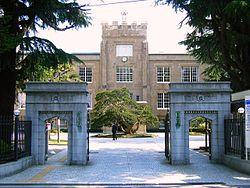 正門と本館