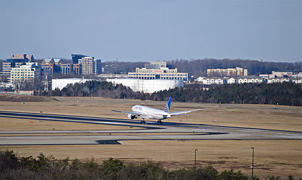 A United Airlines Boeing 777-200 lands on Runway 1R/19L - Washington Dulles International Airport