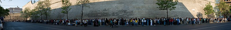 797px-Vatican_Museum_Queue_-_April_2007.jpg