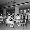 Verplegend personeel aan de maaltijd in de kantine van het Beilinson hospitaal t, Bestanddeelnr 255-4918.jpg