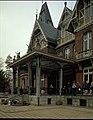"""Villa """"Pharazijnshof"""" (nu Koninklijk Atheneum), cottage n.o.v. M. De Braey (1893-1900) - exterieur, voorgevel - aanzicht (L.45°) - 356593 - onroerenderfgoed.jpg"""