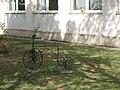 Virágtartó bicikli, Hevesi József Általános Iskola, 2019 Heves.jpg