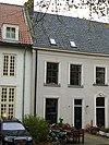 foto van Pand met verdieping en zadeldak tussen puntgevels evenwijdig aan de straat