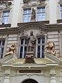 Voršilská 1, kolej Arnošta z Pardubic, sochy nad vstupem.jpg