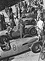Vozy Auto Union před Velkou cenou v Brně, st. č. 8 pozdější vítěz Bernd Rosemeyer, u st. č. 4 ve světlém plášti dr. Ferdinand Porsche (1935).jpg