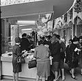 Vrouwen bij een lingeriestand van warenhuis Printemps, aan de Boulevard Haussman, Bestanddeelnr 254-0355.jpg