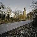 Zicht op de kerk met de ernaast gelegen woning, gezien vanaf de weg - Overlangbroek - 20396520 - RCE.jpg