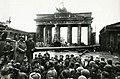Долматовский у Бранденбургских ворот.jpg