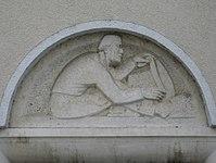 1100 Laxenburger Straße 203-217 Stg. 23 - Natursteinrelief Fassbinder von Ernst Wenzelis IMG 7450.jpg