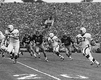 1963 Rose Bowl - Lou Holland of the Badgers running around the end