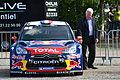 2012 10 05 Rallye France, Parc assistance Colmar, Charles Buttner admire la voiture de Loeb.JPG