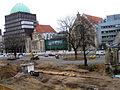 2013 Ausgrabung Alter St. Nikolai-Friedhof Nikolaikapelle Hannover, 62b, Fortführung Baggerarbeiten, Einebnung der Grabungsstelle, Blick vom 2. Stock Goseriede Richtung Anzeiger Hochhaus.jpg