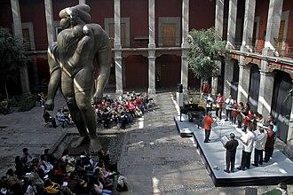 José Luis Cuevas Museum - José Luis Cuevas Museum courtyard, with the sculpture La Gigantesca. On stage the Coro de la Ciudad de México