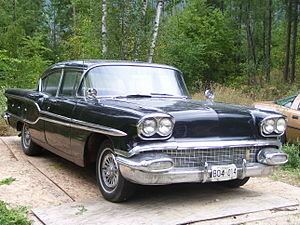 English: 1958 Pontiac Laurentian 4-door side view