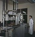 A test on some aluminum in the testing laboratory, Kingston, Ontario Test effectué sur de l'aluminium dans un laboratoire d'essai, Kingston (Ontario) (39243396840).jpg