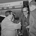 Aankomst Otto Klemperer (dirigent) op Schiphol, Henryk Szeryng (violost) (links), Bestanddeelnr 916-6065.jpg