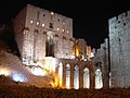 Aleppo (Halab), Abends beleuchtete Zitadelle (Qal'at Halab) (ayyubidisch von al-Aziz) (38651008026).jpg