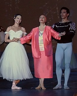 Alicia Alonso avec le ballet national de Cuba (Grand Palais, Paris) (955235920).jpg