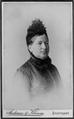 Andersen & Klemm - Brustporträt e Frau mittleren Alters im dunklen Kleid.png