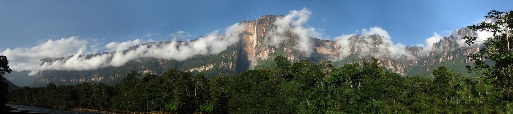 Панорама водопада и окружающих гор
