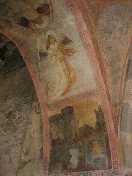 Peinture murale en l'église d'Audressein (Ariège-France): ange musicien jouant de la vielle médiévale à l'aide d'un archer.