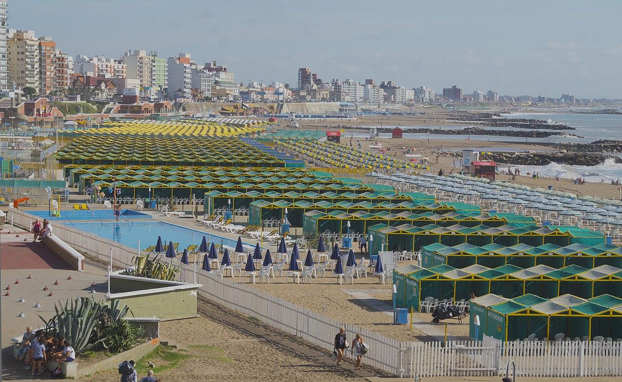 La plage de La Perla à Mar del Plata (Argentine).  (définition réelle 5409×3326)
