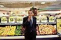 Barack Obama eats a peach (3818237174).jpg