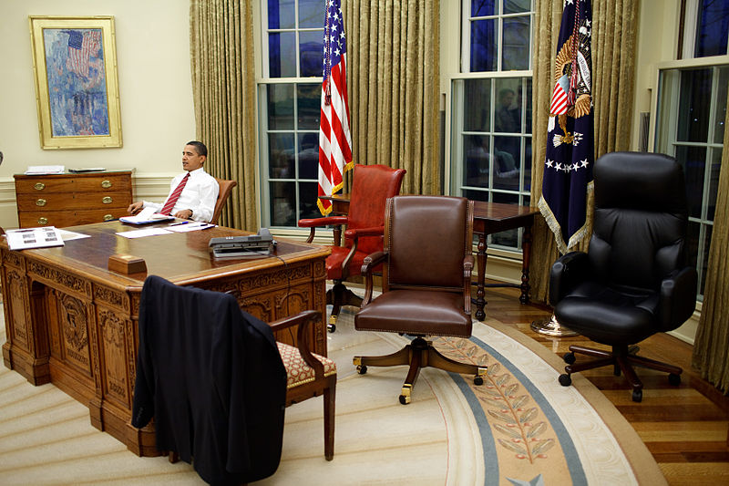 Файл:Barack Obama trying differents desk chairs in the Oval Office.jpg