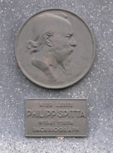 A commemorative plaque in Berlin (Source: Wikimedia)