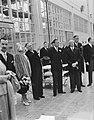 Bezoek koningin Juliana en prins Bernhard aan Gelderland. Bezoek Tiel jamfabrie, Bestanddeelnr 904-0696.jpg