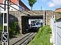 Bidaiariak Zamudioko tren-geltokira iristen ari den trenaren zain. 2015-05-27.jpg