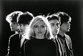 Blondie in 1977, v.l.n.r.: Gary Valentine Lachman, Clem Burke, Deborah Harry, Chris Stein en Jimmy Destri