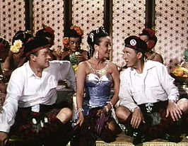Lamour met Hope (links) en Crosby (rechts) in Road to Bali (1952).