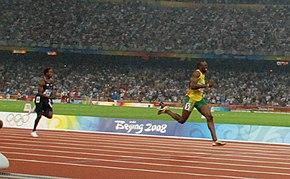 Bolt vola verso l'oro dei 200 metri nella finale olimpica di Pechino 2008.