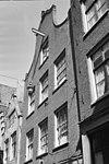 foto van Huis, vanwege de 17e-eeuwse gevelsteen en de natuurstenen afdekkingen van de klokvormige top