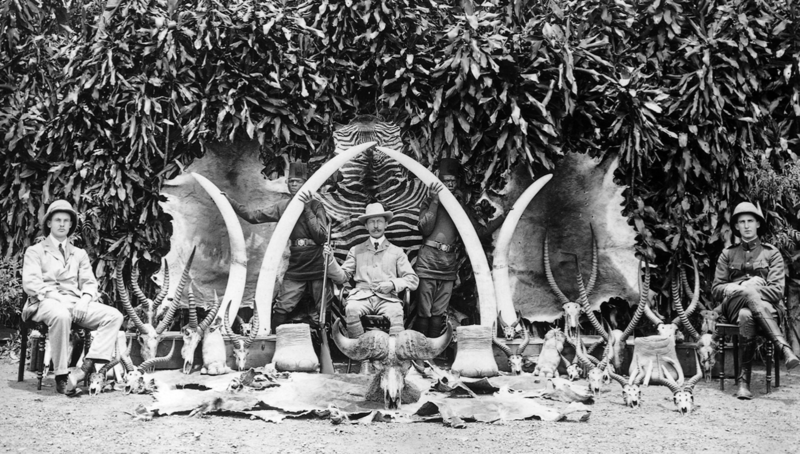 Fichier:British Governor Sir Hesketh Bell with hunting trophies in Uganda, 1908.png