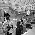 Bruid en bruidegom staan onder de Choepa terwijl de bruidegom (nogmaals, maar nu, Bestanddeelnr 255-2001.jpg