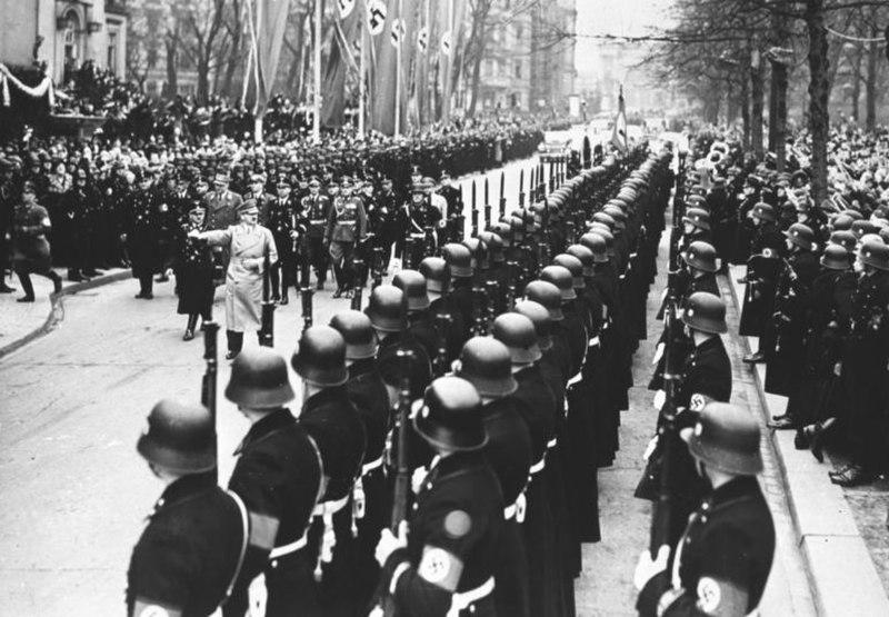 Bundesarchiv Bild 146-1972-061-38, Berlin, vor Krolloper, Hitler mit Leibstandarte