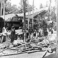 COLLECTIE TROPENMUSEUM Gasten uit omliggende kampongs zijn gekomen een dodenfeest in kampong Sadang (Celebes) bij te wonen en lopen hier langs geofferde varkens en karbouwen TMnr 10003206.jpg