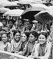 COLLECTIE TROPENMUSEUM Jonge vrouwen bij de Studenten Sportwedstrijden in het stadion Pertamina te Palembang-Pladju TMnr 20000146.jpg