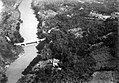 COLLECTIE TROPENMUSEUM Luchtfoto van de brug over de rivier Tjitaroem bij Batoedjadjar Tjimahi Preanger West-Java TMnr 10007687.jpg
