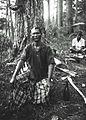 COLLECTIE TROPENMUSEUM Portret van een Gajo man tijdens het aftappen van de hars van een Pinus dennenboom TMnr 60023567.jpg