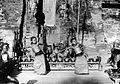 COLLECTIE TROPENMUSEUM Twee jonge danseressen en gamelanspelers voor een tempelpoort TMnr 10004704.jpg