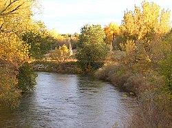 Cache la Poudre fiume che scorre attraverso il nord Fort Collins, Colorado.jpg