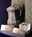 Cafetière en serpentine et gemmes d'axinite - Muséum d'histoire naturelle de Grenoble.jpg